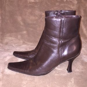 BCBG Sz 7 brwn Leather Ankle boots w side zipper